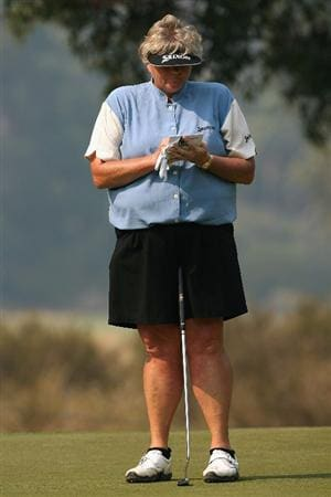 MELBOURNE, AUSTRALIA - FEBRUARY 14:  Laura Davies of England checks her score card after the first hole during day three of the 2009 Women`s Australian Open held at the Metropolitan Golf Club February 14, 2009 in Melbourne, Australia.  (Photo by Robert Prezioso/Getty Images)