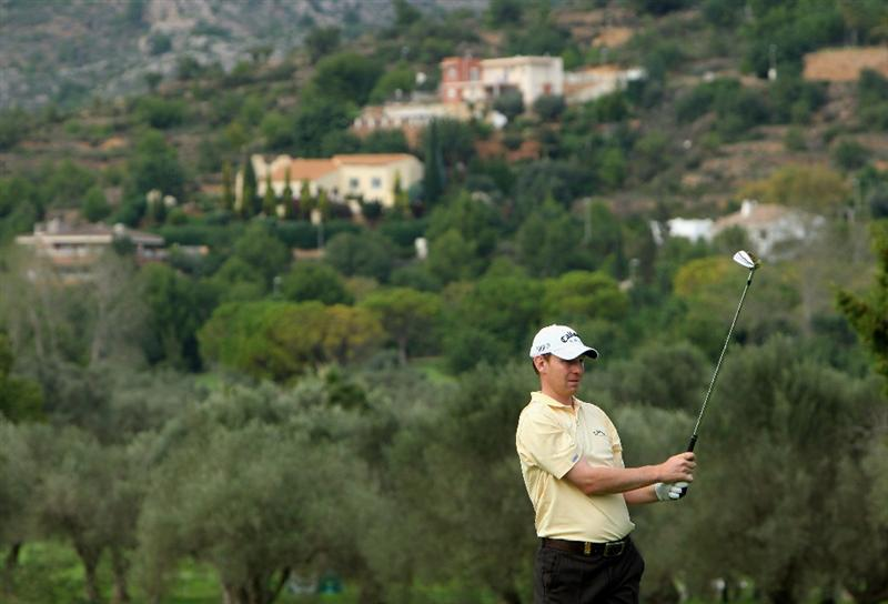 CASTELLO, SPAIN - OCTOBER 25:  Stephen Gallacher of Scotland watches his approach shot on the 18th hole during the third round of the Castello Masters Costa Azahar at the Club de Campo del Mediterraneo on October 25, 2008 in Castello, Spain.  (Photo by Stuart Franklin/Getty Images)