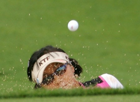 SUPERSTITION MOUNTAIN, AZ - MARCH 24:  Mi Hyun Kim of South Korea plays a bunker shot on the fourth hole during the third round of the Safeway International at the Superstition Mountain Golf and Country Club on March 24, 2007 in Superstition Mountain, Arizona. (Photo by Scott Halleran/Getty Images)