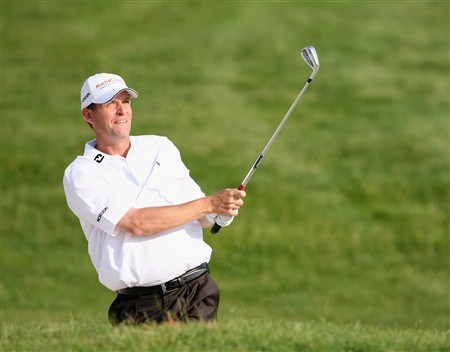 MILAN, ITALY - MAY 09:  Anders Hansen of Denmark plays his approach shot on the 18th hole during the second round of the MC Methorios Capital Italian Open Golf at The Castello Di Tolcinasco Golf Club on May 9, 2008 in Milan, Italy.  (Photo by Stuart Franklin/Getty Images)