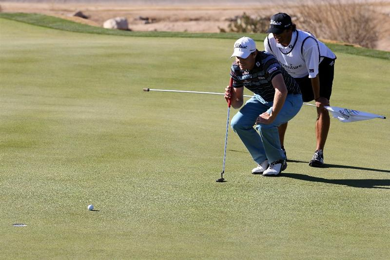 MARANA, AZ - FEBRUARY 24: (L-R)  Nick Watney and his caddie Chao Reynolds line up a putt on the 18th hole during the second round of the Accenture Match Play Championship at the Ritz-Carlton Golf Club on February 24, 2011 in Marana, Arizona.  (Photo by Sam Greenwood/Getty Images)
