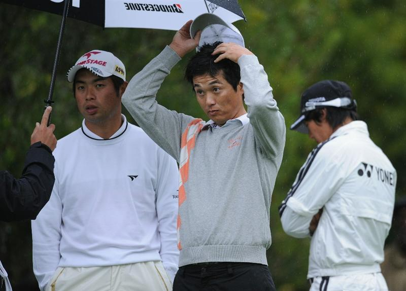 PACIFIC PALISADES, CA - FEBRUARY 18:  Yuta Ikeda and Ryuji Imada of Japan share a joke during the second round of the Northern Trust Open at Riviera Country Club on February 18, 2011 in Pacific Palisades, California.  (Photo by Stuart Franklin/Getty Images)