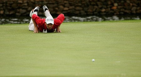 MALELANE, SOUTH AFRICA - DECEMBER 07:  Sion Bebb of Wales lines up a putt on the ninth green during the second round of The Alfred Dunhill Championship at The Leopard Creek Country Club on December 7, 2007 in Malelane, South Africa.  (Photo by Warren Little/Getty Images)