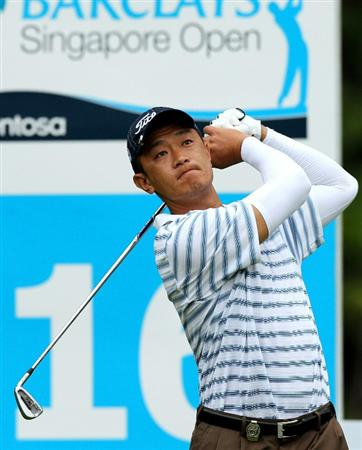 SINGAPORE, NOVEMBER 12 : Anthony Kang of USA tees off on the 16th hole during the Delayed First Round of the Barclays Singapore Open held at the Sentosa Golf Club on November 12, 2010 Singapore. (Photo by Stanley Chou/Getty Images)