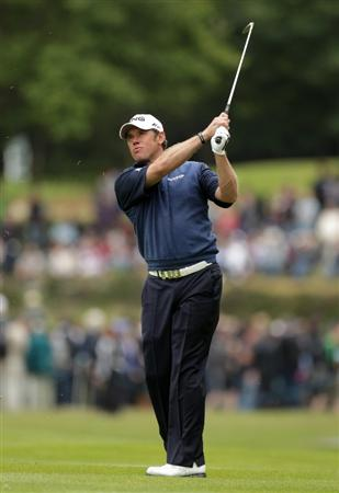 VIRGINIA WATER, ENGLAND - MAY 29:  Lee Westwood of England hits an approach shot during the final round of the BMW PGA Championship  at the Wentworth Club on May 29, 2011 in Virginia Water, England.  (Photo by Ross Kinnaird/Getty Images)