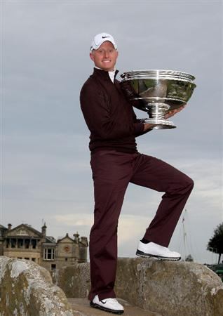 ST ANDREWS, SCOTLAND - OCTOBER 05:  Simon Dyson of England holds the trophy aloft on the Swilken Bridge on the 18th hole after victory at the The Alfred Dunhill Links Championship at The Old Course on October 5, 2009 in St.Andrews, Scotland.  (Photo by Warren Little/Getty Images)