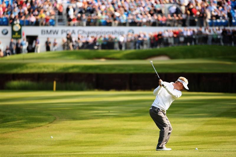 VIRGINIA WATER, ENGLAND - MAY 20:  Soren Kjeldsen of Denmark plays an approach shot to the 18th hole during the first round of the BMW PGA Championship on the West Course at Wentworth on May 20, 2010 in Virginia Water, England.  (Photo by Richard Heathcote/Getty Images)