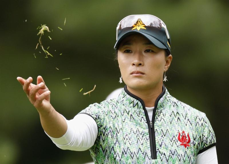 SYLVANIA, OH - JULY 02:  Se Ri Pak of South Korea checks the wind on the sixth tee during the first round of the Jamie Farr Owens Corning Classic at Highland Meadows Golf Club on July 2, 2009 in Sylvania, Ohio. (Photo by Gregory Shamus/Getty Images)