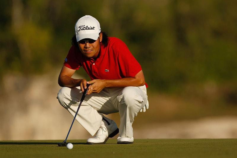 RIVIERA MAYA, MEXICO - FEBRUARY 27:  Kevin Na lines up a putt on the 9th hole during the second round of the Mayakoba Golf Classic on February 27, 2009 at El Camaleon Golf Club in Riviera Maya, Mexico.  Na finished the day with a 62 for a total of 10 under par to share the lead with Mark Wilson.  (Photo by Chris Graythen/Getty Images)