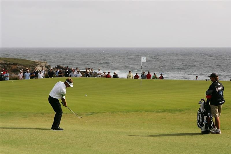 SYDNEY, AUSTRALIA - DECEMBER 04:  Stuart Appleby of Australia chips onto the 5th green during the second round of the 2009 Australian Open at New South Wales Golf Club on December 4, 2009 in Sydney, Australia.  (Photo by Matt King/Getty Images)
