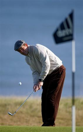 KINGSBARNS, UNITED KINGDOM - OCTOBER 02: Rock musician Huey Lewis chips onto the 10th green during the first round of The Alfred Dunhill Links Championship at Kingsbarns Golf Links on October 2, 2008 in Kingbarns, Scotland. (Photo by Andrew Redington/Gettyimages)
