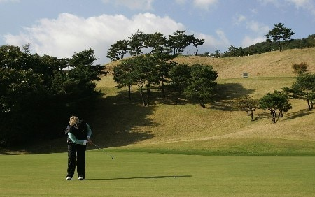 KYONGJU, SOUTH KOREA - OCTOBER 20:  Laura Davies of England putts on the 11th during the second round of the Kolon Championship 2007 at Mauna Ocean Golf Course on October 20, 2007 in Kyongju, South Korea.  (Photo by Chung Sung-Jun/Getty Images)