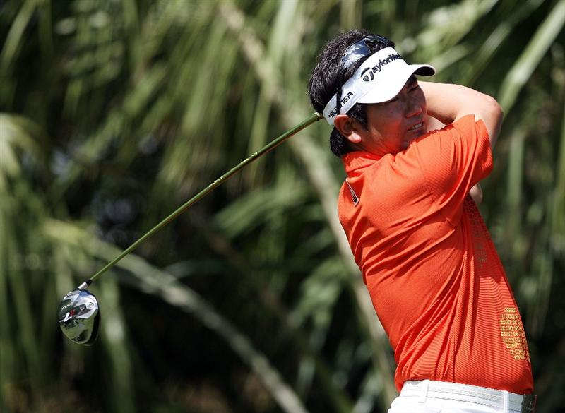 PALM BEACH GARDENS, FL - MARCH 08:  Y.E. Yang of Japan hit his drive on the third hole during the final round of The Honda Classic at PGA National Resort and Spa on March 8, 2009 in Palm Beach Gardens, Florida.  (Photo by Doug Benc/Getty Images)