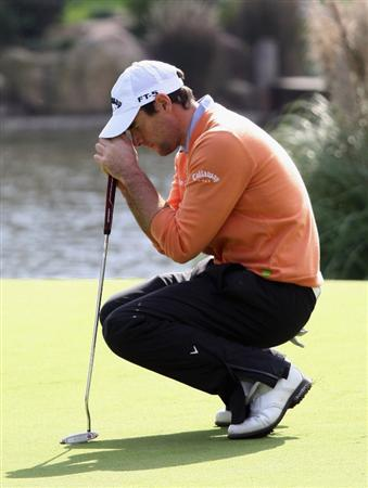 SHANGHAI, CHINA - NOVEMBER 10:  Oliver Wilson of England misses a putt in the play-off during the final round of the HSBC Champions at Sheshan Golf Club on November 10, 2008 in Shanghai, China.  (Photo by Ross Kinnaird/Getty Images)
