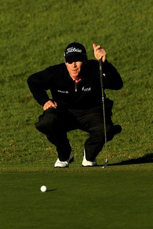 PACIFIC PALISADES, CA - FEBRUARY 07:  Steve Stricker lines up a putt on the 18th hole during the continuation third round of the Northern Trust Open at Riviera Country Club on February 7, 2010 in Pacific Palisades, California.  (Photo by Stephen Dunn/Getty Images)