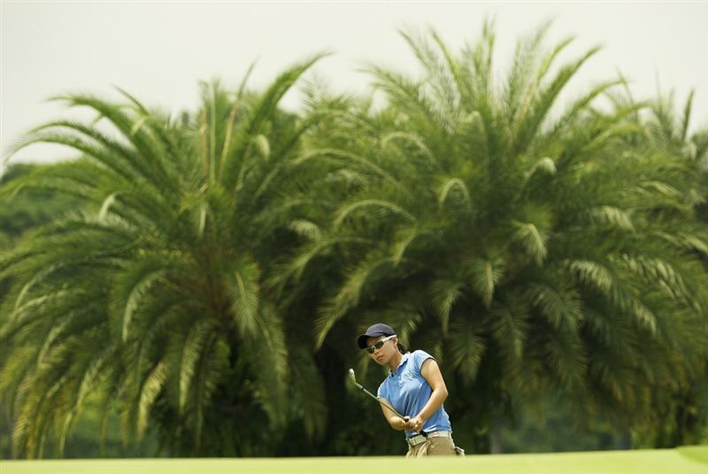 SINGAPORE - MARCH 07:  Sun Young Yoo of South Korea chips on the par five 15th hole during the third round of HSBC Women's Champions at the Tanah Merah Country Club on March 7, 2009 in Singapore.  (Photo by Victor Fraile/Getty Images)