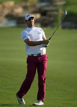 DUBAI, UNITED ARAB EMIRATES - NOVEMBER 19:  Oliver Wilson of England hits his third shot on the 18th hole during the first round of the Dubai World Championship, on the Earth Course, Jumeirah Golf Estates on November 19, 2009 in Dubai, United Arab Emirates  (Photo by David Cannon/Getty Images)