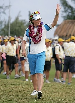 KAHUKU, HI - FEBRUARY 16:  Annika Sorenstam of Sweden poses waves to the crowd after winning the SBS Open on February 16, 2008  at the Turtle Bay Resort in Kahuku, Hawaii.  (Photo by Andy Lyons/Getty Images)