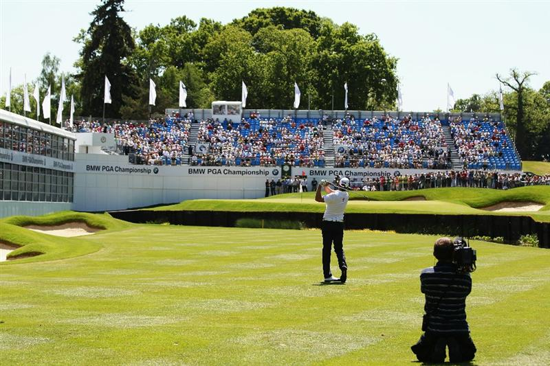 VIRGINIA WATER, ENGLAND - MAY 22:  Robert Karlsson of Sweden plays his third shot on the 18th hole on his way to shooting 62 during the third round of the BMW PGA Championship on the West Course at Wentworth on May 22, 2010 in Virginia Water, England.  (Photo by Ross Kinnaird/Getty Images)