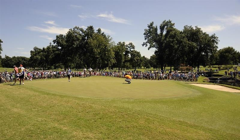 TULSA, OK - AUGUST 30:  Spectators gather around the 6th green as Byeong-Hun An prepares to putt during the Finals of the U.S. Amateur Golf Championship on August 30, 2009 at Southern Hills Country Club in Tulsa, Oklahoma.  (Photo by G. Newman Lowrance/Getty Images)