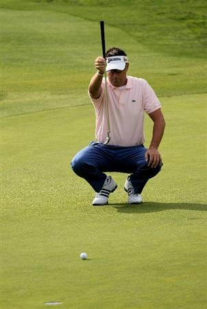 LA JOLLA, CA - JANUARY 29:  Robert Allenby of Australia lines up a putt on the 10th hole at the North Course at Torrey Pines Golf Course during the second round of the Farmers Insurance Open on January 29, 2010 in La Jolla, California.  (Photo by Stephen Dunn/Getty Images)