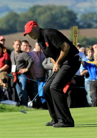 NEWPORT, WALES - OCTOBER 04:  Stewart Cink of the USA reacts to his putt on the 18th green in the singles matches during the 2010 Ryder Cup at the Celtic Manor Resort on October 4, 2010 in Newport, Wales.  (Photo by David Cannon/Getty Images)