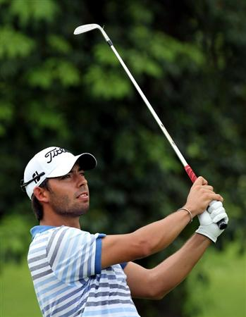 SINGAPORE - NOVEMBER 12 : Pablo Larrazabal of Spain watches his 2nd shot on the 15th hole during the delayed first round of the Barclays Singapore Open held at the Sentosa Golf Club on November 12, 2010 in Singapore, Singapore.  (Photo by Stanley Chou/Getty Images)