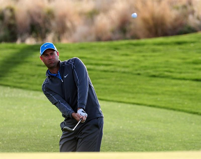 MARANA, AZ - FEBRUARY 20:  Stewart Cink plays his chip shot on the second hole during round four of the Accenture Match Play Championship at the Ritz-Carlton Golf Club on February 20, 2010 in Marana, Arizona.  (Photo by Stuart Franklin/Getty Images)