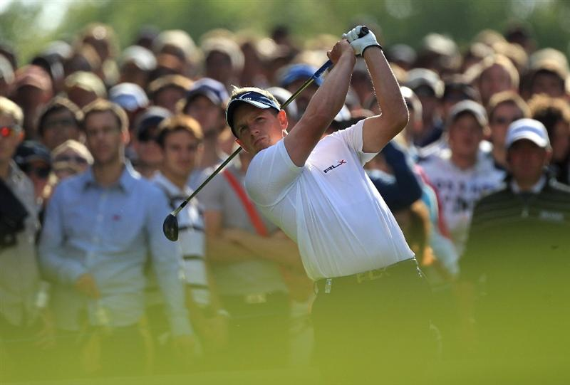 VIRGINIA WATER, ENGLAND - MAY 29:  Luke Donald of England tees off on the 17th hole during the final round of the BMW PGA Championship  at the Wentworth Club on May 29, 2011 in Virginia Water, England.  (Photo by David Cannon/Getty Images)