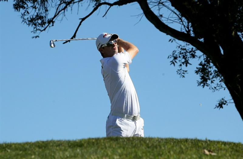 LA JOLLA, CA - JANUARY 27:  Justin Rose of England hits his tee shot on the third hole during round one of the Farmers Insurance Open at Torrey Pines North Course on January 27, 2011 in La Jolla, California.  (Photo by Stephen Dunn/Getty Images)
