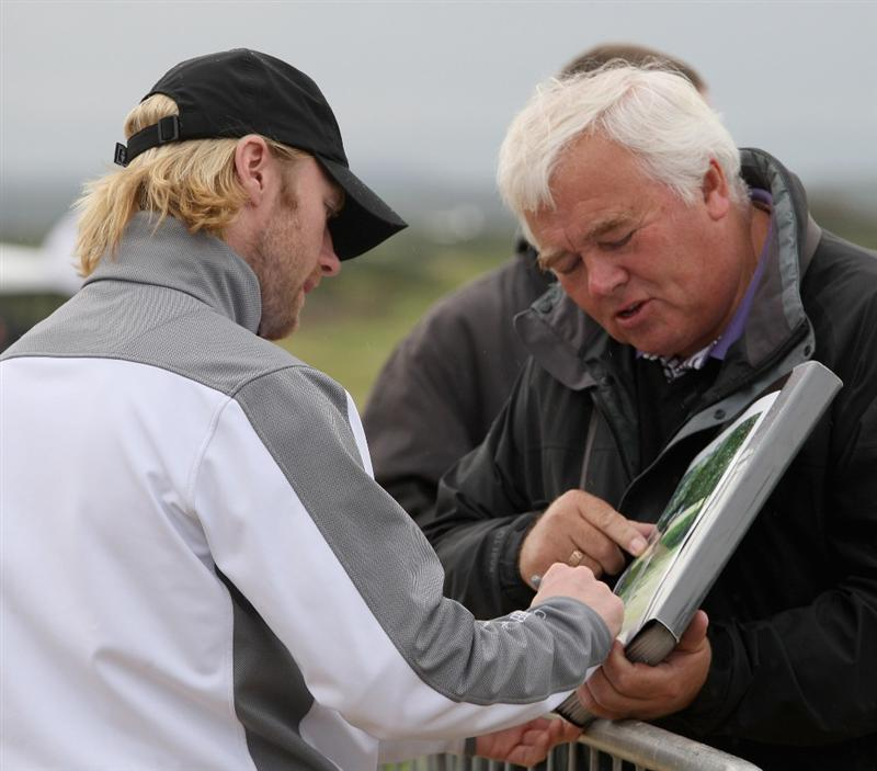 ST. ANDREWS, UNITED KINGDOM - OCTOBER 1:  Pop singer Ronan Keating signs autographs during the final practice round of The Alfred Dunhill Links Championship at The Old Course on October 1, 2008 in St.Andrews, Scotland. (Photo by Ross Kinnaird/Getty Images)