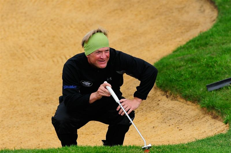 PARIS - SEPTEMBER 24:  Pelle Edberg of Sweden lines up a putt on the 18th hole during the second round of the Vivendi cup at Golf de Joyenval on September 24, 2010 in Chambourcy, near Paris, France.  (Photo by Stuart Franklin/Getty Images)