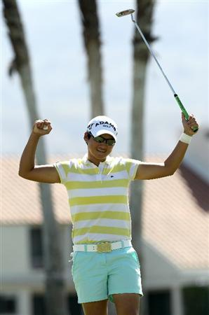 RANCHO MIRAGE, CA - APRIL 04:   Yani Tseng of Taiwan celebrates after making the final putt suring the final round of the Kraft Nabisco Championship at Mission Hills Country Club on April 4, 2010 in Rancho Mirage, California.  (Photo by Stephen Dunn/Getty Images)
