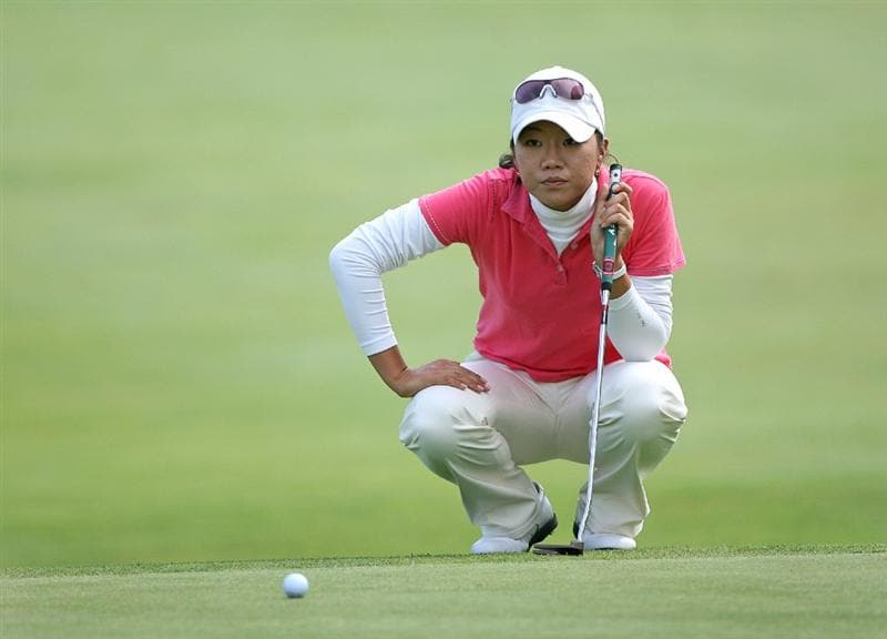 CLIFTON, NJ - MAY 16 : Ji Young Oh of South Korea lines up her birdie putt on the 18th hole during the third round of the Sybase Classic presented by ShopRite at Upper Montclair Country Club on May 16, 2009 in Clifton, New Jersey. (Photo by Hunter Martin/Getty Images)