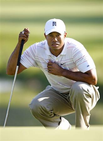 GRAND BLANC, MI - JULY 31: Tiger Woods lines up a birdie putt on the 13th hole during the second round of the Buick Open at Warwick Hills Golf and Country Club on July 31, 2009 in Grand Blanc, Michigan.  (Photo by Gregory Shamus/Getty Images)