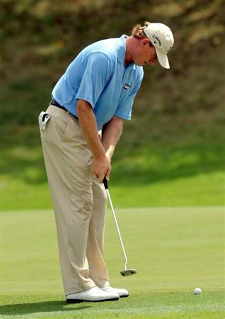 KUALA LUMPUR, MALAYSIA - OCTOBER 28: Ernie Els of South Africa putts on the 1st tee during day one of the CIMB Asia Pacific Classic at The MINES Resort & Golf Club on October 28, 2010 in Kuala Lumpur, Malaysia. (Photo by Stanley Chou/Getty Images)