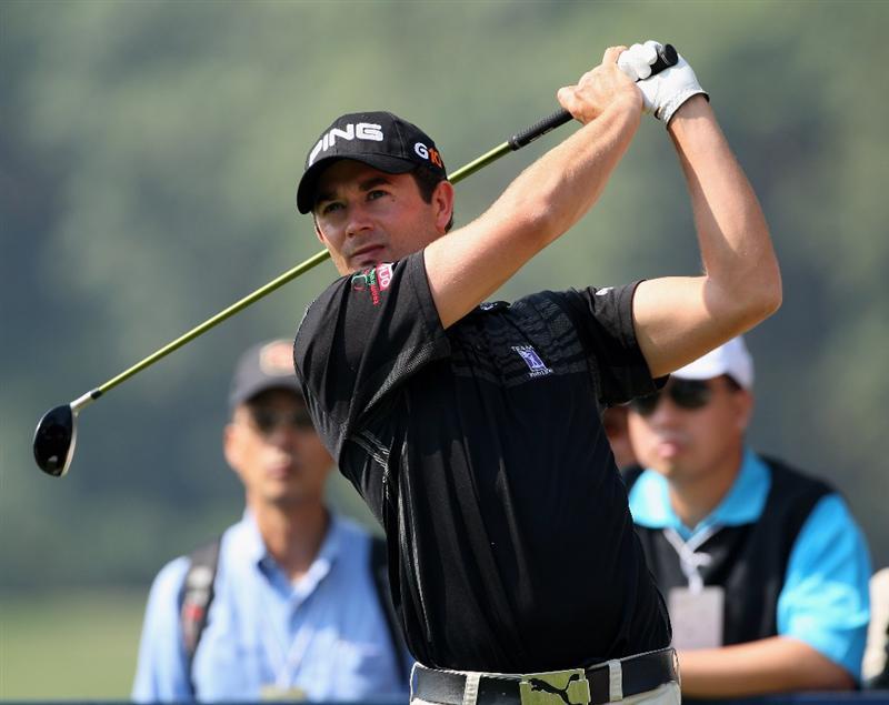 HONG KONG, CHINA - NOVEMBER 21:  Gareth Maybin of Northern Ireland plays his tee shot on the 18th hole during the second round of the UBS Hong Kong Open at the Hong Kong Golf Club on November 21, 2008 in Fanling, Hong Kong.  (Photo by Stuart Franklin/Getty Images)