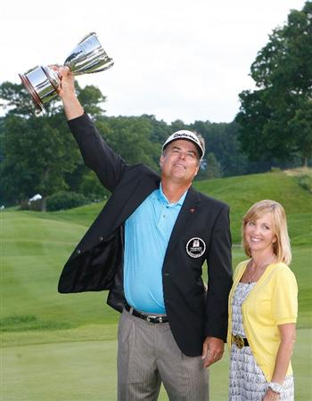 CROMWELL, CT - JUNE 28: Kenny Perry celebrates with his wife Sandy Perry after Kenny won the 2009 Travelers Championship at TPC River Highlands on June 28, 2009 in Cromwell, Connecticut. (Photo by Jim Rogash/Getty Images)