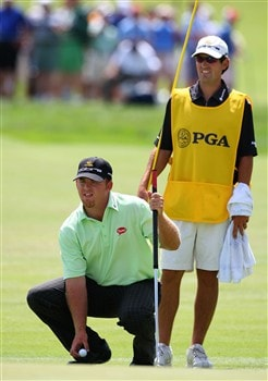 BLOOMFIELD HILLS, MI - AUGUST 08:  (L-R) J.B. Holmes lines up his putt on the 16th hole with the help of caddie Brandon Parsons during round two of the 90th PGA Championship at Oakland Hills Country Club on August 8, 2008 in Bloomfield Township, Michigan.  (Photo by Stuart Franklin/Getty Images)