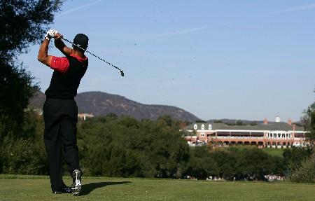 THOUSAND OAKS, CA - DECEMBER 16:  Tiger Woods makes a tee shot on the ninth hole during the final round of the Target World Challenge at the Sherwood Country Club on December 16, 2007 in Thousand Oaks, California.  (Photo by Robert Laberge/Getty Images)