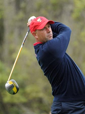 SAN FRANCISCO - OCTOBER 11:  Stewart Cink of the USA Team hits a tee shot ont he third hole during the Day Four Singles Matches of The Presidents Cup at Harding Park Golf Course on October 11, 2009 in San Francisco, California.  (Photo by Harry How/Getty Images)