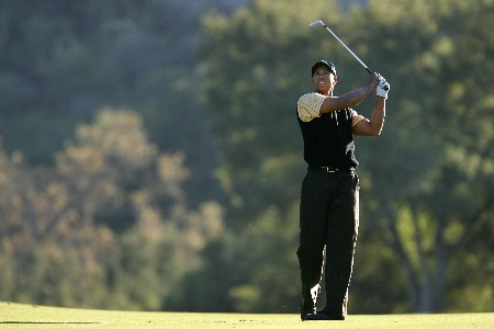 THOUSAND OAKS, CA - DECEMBER 15:  Tiger Woods makes an approach shot on the 18th hole during the third round of the Target World Challenge at the Sherwood Country Club on December 15, 2007 in Thousand Oaks, California.  (Photo by Robert Laberge/Getty Images)