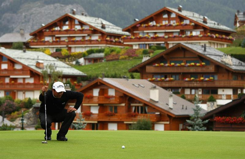 CRANS, SWITZERLAND - SEPTEMBER 04:  Michael Campbell of New Zealand lines up a putt on the 14th green during the first round of the Omega European Masters at Crans-Sur-Sierre Golf Club on September 4, 2008 in Crans Montana, Switzerland.  (Photo by Andrew Redington/Getty Images)