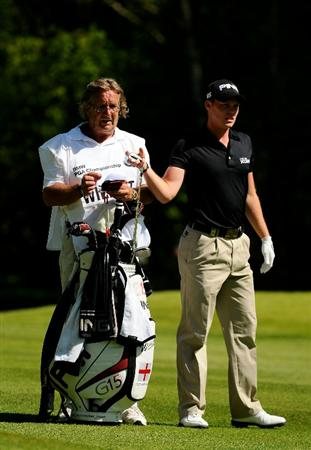 VIRGINIA WATER, ENGLAND - MAY 22:  Danny Willett of England lines up a shot with caddie Malcolm Mason during the third round of the BMW PGA Championship on the West Course at Wentworth on May 22, 2010 in Virginia Water, England.  (Photo by Richard Heathcote/Getty Images)