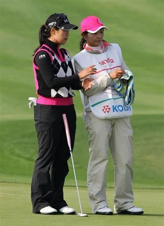 INCHEON, SOUTH KOREA - OCTOBER 31:  Kim Jin-Joo of South Korea lines up a putt on the 18th hole during day one of the Hana Bank KOLON Championship at SKY 72 Golf Club Ocean course on October 31, 2008 in Icheon, South Korea.  (Photo by Chung Sung-Jun/Getty Images)