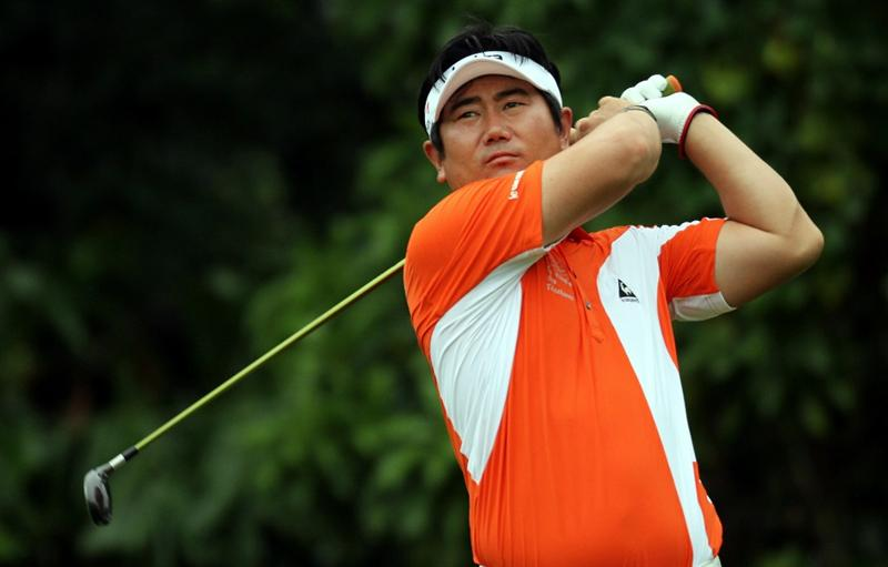 SINGAPORE - NOVEMBER 14: Y.E. Yang of South Korea watches his tee shot on the 8th hole during the Final Round of the Barclays Singapore Open held at the Sentosa Golf Club on November 14, 2010 in Singapore, Singapore.  (Photo by Stanley Chou/Getty Images)