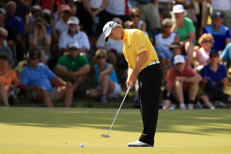 PONTE VEDRA BEACH, FL - MAY 15:  David Toms putts on the ninth green during the final round of THE PLAYERS Championship held at THE PLAYERS Stadium course at TPC Sawgrass on May 15, 2011 in Ponte Vedra Beach, Florida.  (Photo by Streeter Lecka/Getty Images)