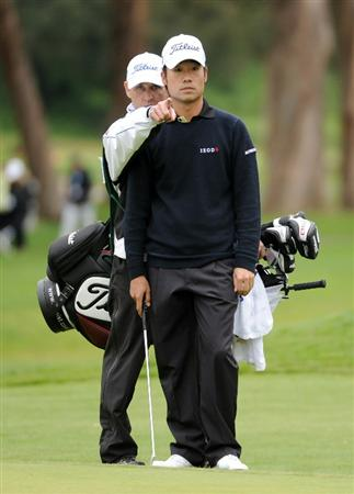 PACIFIC PALISADES, CA - FEBRUARY 19:  Kevin Na and caddie line up a putt on the 17th hole during the third round of the Northern Trust Open at the Riviera Contry Club on February 19, 2011 in Pacific Palisades, California.  (Photo by Harry How/Getty Images)