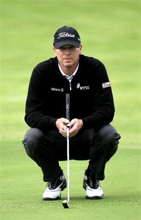 PACIFIC PALISADES, CA - FEBRUARY 6:  Steve Stricker lines up his putt on the fourth green during the third round of the Northern Trust Open at Riviera Country Club on February 6, 2010 in Pacific Palisades, California. (Photo by Stephen Dunn/Getty Images)