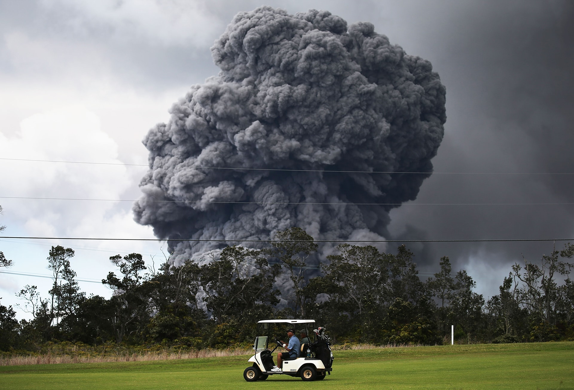 photo man plays golf in the face of erupting kilauea volcano in hawaii golf channel. Black Bedroom Furniture Sets. Home Design Ideas